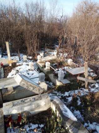 morminte devastate in cimitirul eternitatea din Botosani (2)