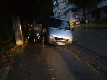 strada surpata cu masina pe ea