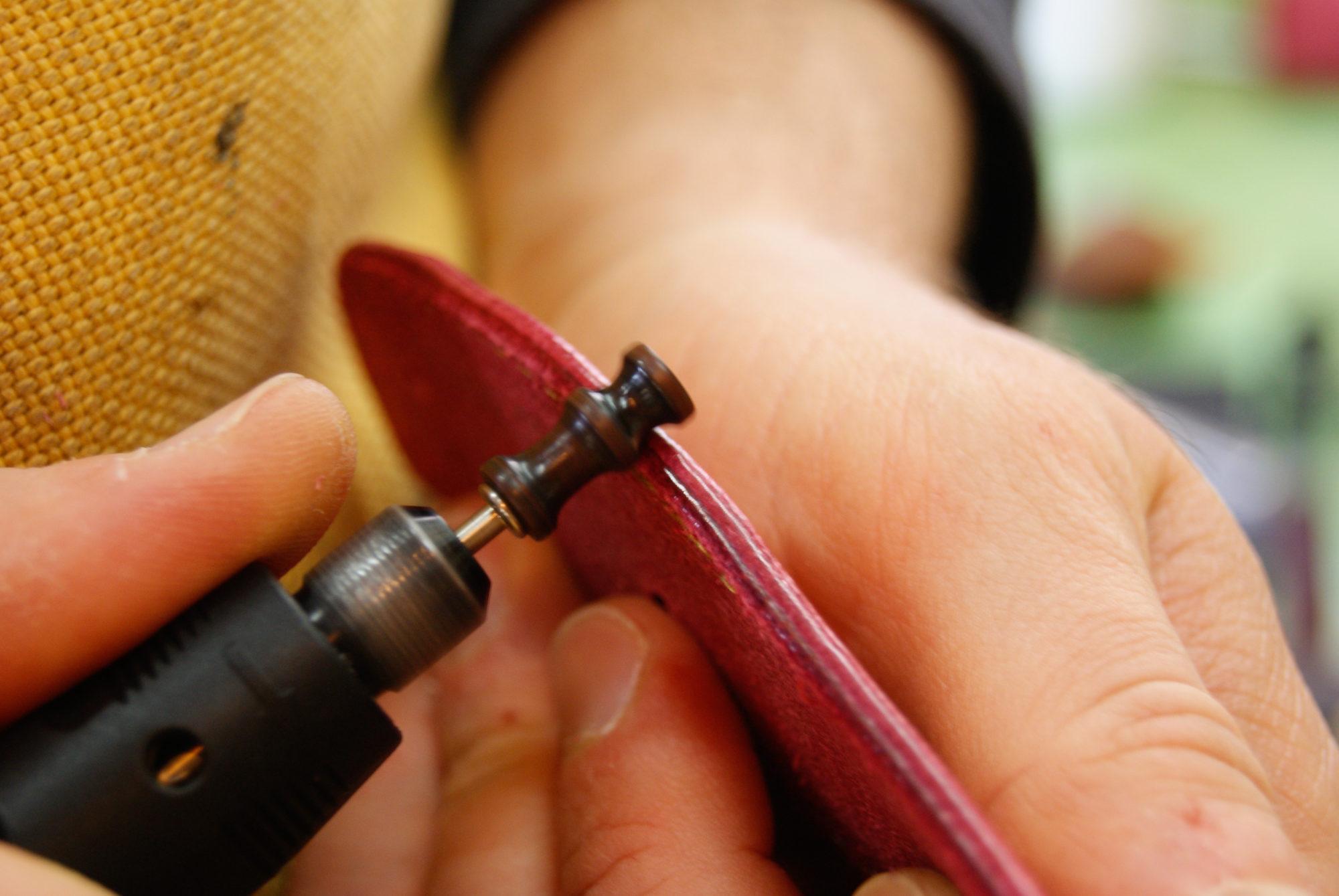革の裁断面を磨く