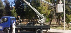 عمال حظيرة البلدية لبلدية بوسعادة في أشغال الإنارة العمومية