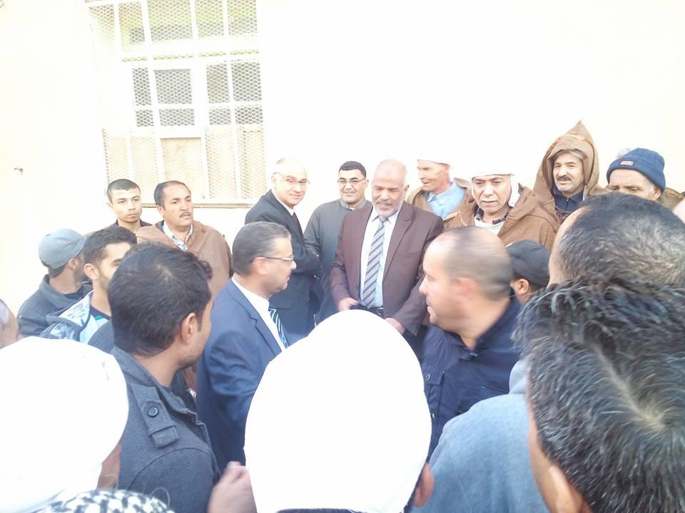 سكان حي العوينات ينظمون وقفة احتجاجية