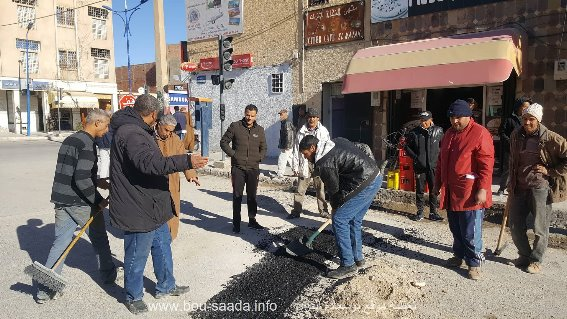 عمال حضيرة بوسعادة يواصلون ألاشغال لاصلاح الطرقات بوسط المدينة