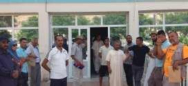 احتجاج عدد من المواطنين امام ابواب ادارة مستشفى بوسعادة للمطالبة بتحسين ظروف استقبال المرضى