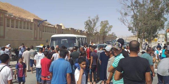 بوسعادة غلق الطريق عند مدخل بلدية بوسعادة احتجاج على مشكل المياة