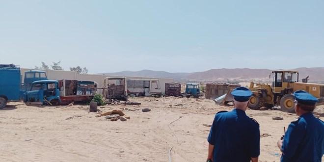 إزالة آلات ورؤوس شاحنات وخردوات ومواد بناء موضوعة على أرض تابعة لأملاك الدولة
