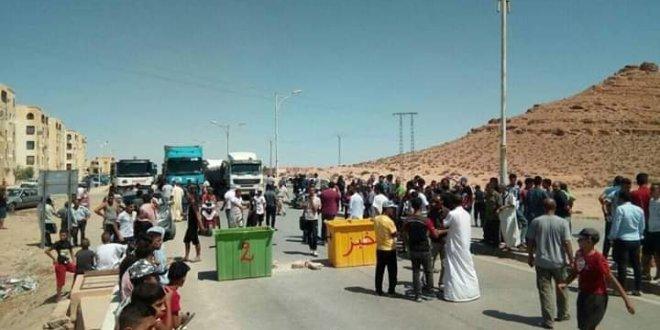 موطنى حي غزة ببوسعادة يغلقون الطريق الوطني رقم 08 .. لعميد حسن