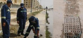 عمال التطهير يقومون بنظافة البالوعات برغم الصعوبات