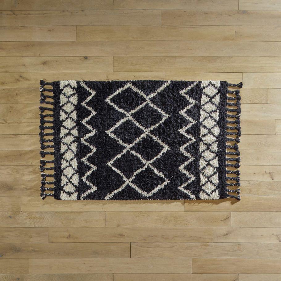 tapis en laine et coton a motifs ethniques franges noir