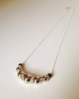 Collier avec perles miroir et grises et entretoises brillantes