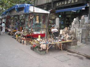 Vendre des antiquités chinoises nécessite une grande organisation ... et un respect du traditionnel art de la sieste ...