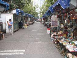 Une des rues du quartier des antiquaires de Shanghai ... du plaisir et du rêve pour les chineurs.