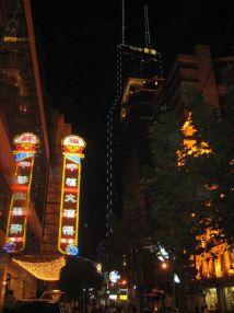 Shanghai la nuit ... gratte-ciel et illumination pour le plaisir des sens et des yeux ...