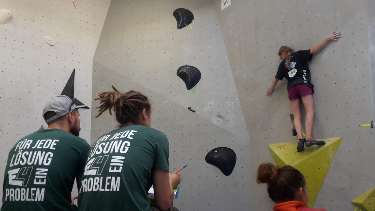 Johanna von den Boulderwelt Youngsters auf der Bayrischen Boulder Meisterschaft.