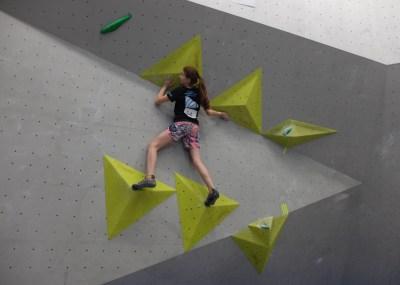 Mareike von den Boulderwelt Youngsters auf der Bayrischen Boulder Meisterschaft.