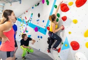 Erste Techniken fürs Bouldern und Klettern lernen im Grundkurs mit Trainer der Boulderwelt