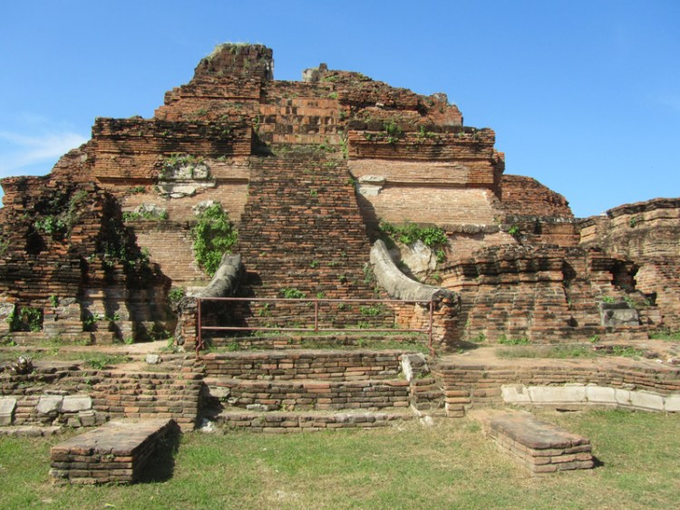 Wat Phra Mahathat ruins in Ayuthaya, Thailand look like Chichen Itza in Mexico