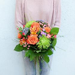 ramo esli con rosa y astromelia naranja y cirisanemos verdes con clavelines naranja
