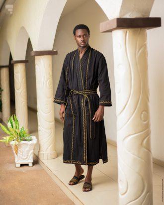 Dressing gown ou Robe de chambre de luxe en coton tissé et broderie a la main par les artisans togolais _ Mablé Agbodan _22A7462-Edit