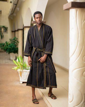 Dressing gown ou Robe de chambre de luxe en coton tissé et broderie a la main par les artisans togolais _ Mablé Agbodan _22A7466-Edit