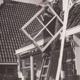 Afhangen raam (H. Hoogland) rond 1970