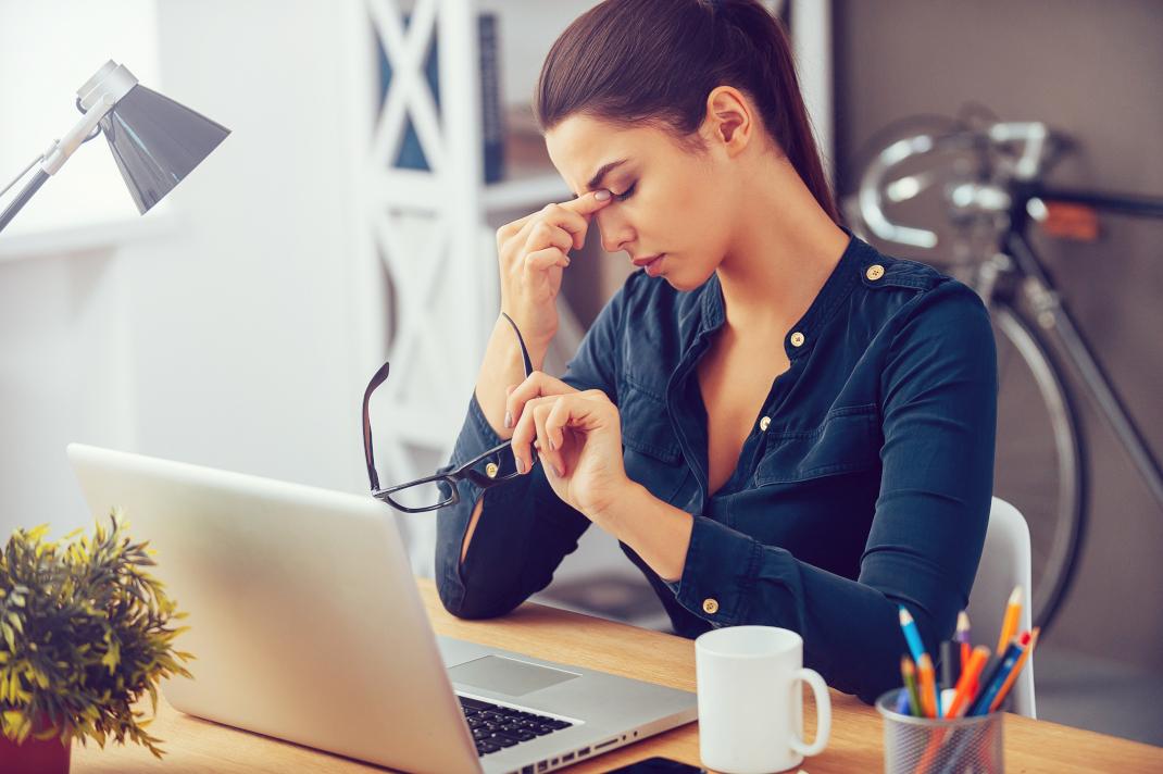 Το σύνδρομο του burnout προκαλείται όταν ένας άνθρωπος εργάζεται πάρα πολλές ώρες, κάνει υπερωρίες, δεν ξεκουράζεται καθόλου