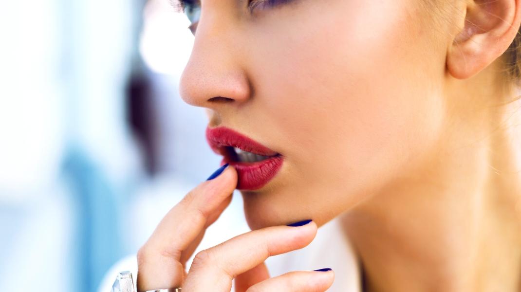 Γυναίκα με κόκκινα χείλη/Photo:Shutterstock