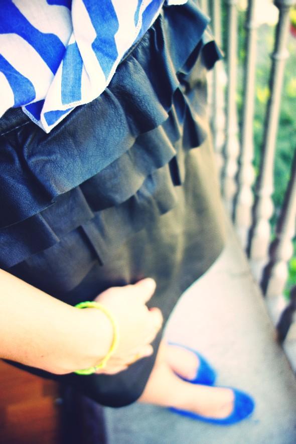 jupe en cuir H&M ruffle leather skirt topshop haut top anniel ballerines ballerinas blue bleu klein electric.jpg_effected