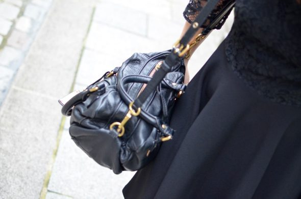 Cremieux Petite robe noire zoom sac Marc Jacobs