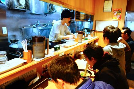 Hokkaido_sapporo_tiny_ramen_restaurant_food_traditionnal
