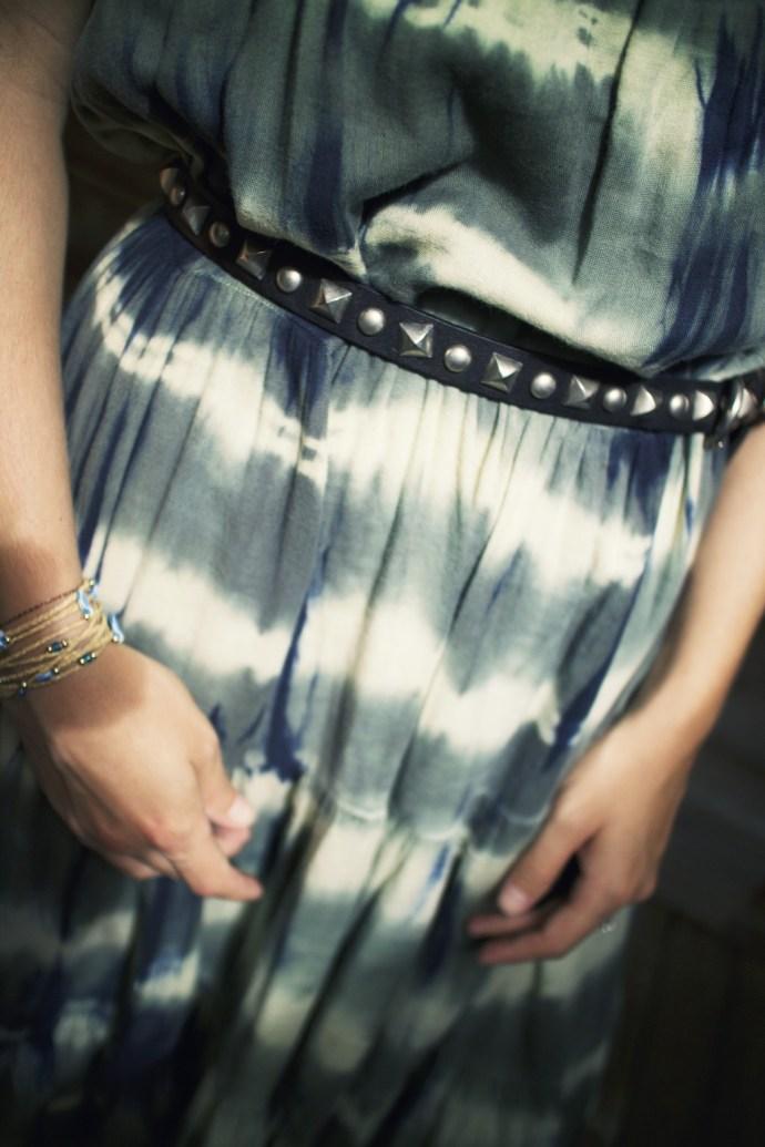 -cinturon_ceinture_piques_noire_robe_ceinturee_midi_bracelets_zag_tie_dye_effected