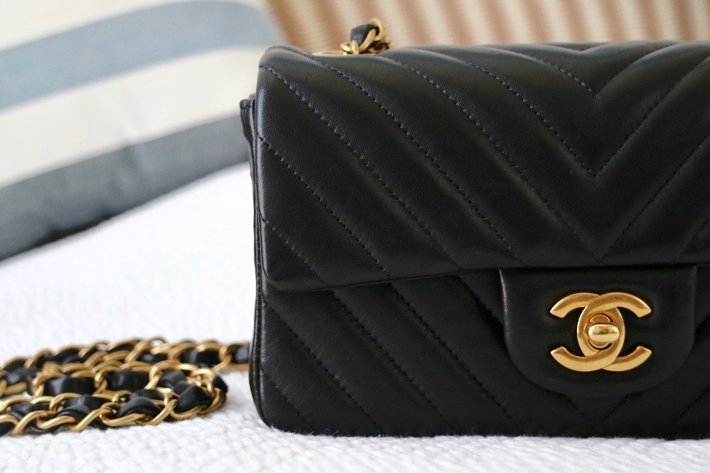 9fc409a2f7f77f Chanel chevron quilted leather Close up Chanel Mini Timeless flap bag