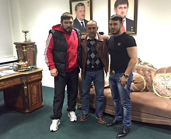 Foto von Ruslan Chagaev mit Trainer Pedro Diaz und Promoter Timur Dugazaev