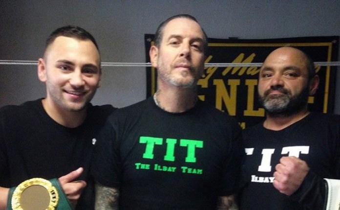 Links - Deniz Ilbay, in der mitte Mike Ness, Frontmann der Band Social Distortion, rechts - Garip Ilbay, Vater und Trainer