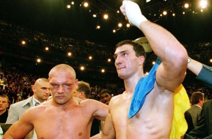 Im Kampf um die Europameisterschaft besiegte Wladimir Klitschko Axel Schulz durch tKO in Runde 8.