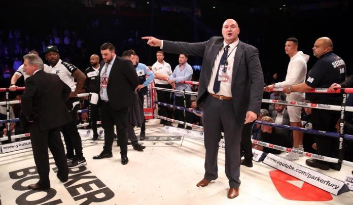 Hughie Furys Cousin Tyson Fury beschwert sich lauthals im Ring wegen dem Urteil, dass Parker als Sieger dieses Kampfes sieht