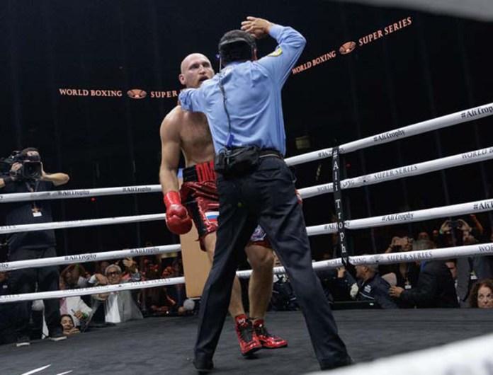 Der Ringrichter zählt den Russen aus, der immer noch benommen und schwankend auf den Beinen steht.
