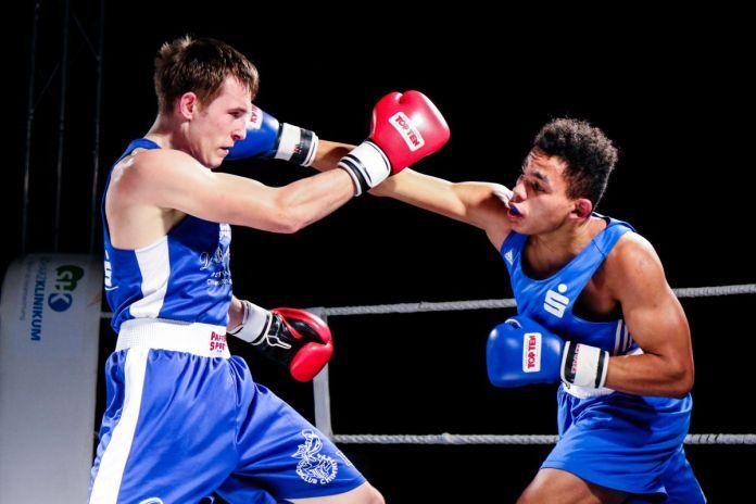 Starkes Erstligadebüt des Saalfelders Silvio Schierle (rechts - blaue Handschuhe) in der Meisterschaftssaison / Foto: Christoph Keil
