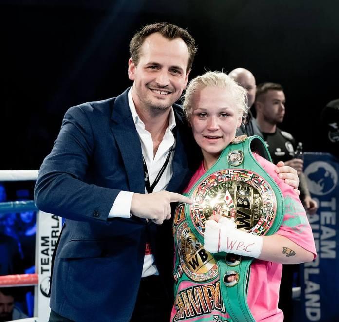 Promoter Nisse Sauerland ganz stolz mit seiner neuen dänischen WBC Weltmeisterin.