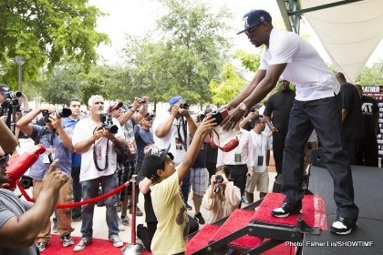 Mayweather signing gloves for young fan