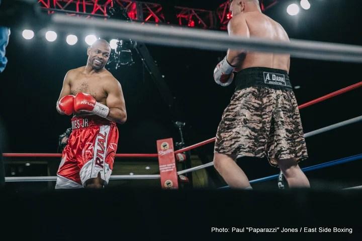 https://i1.wp.com/www.boxing247.com/wp-content/uploads/2017/02/1-Roy-Jones_Bobby-Gunn_Photo-%C2%A9-Paul-%EF%80%A0Paparazzi%EF%80%A0-Jones_2017_02_17-10.jpg?w=1060&ssl=1