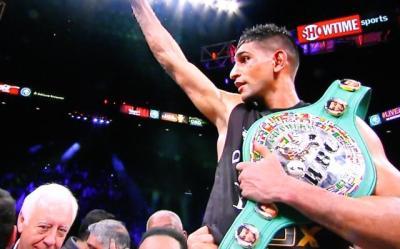 Khan vs Collazo - Amir Khan celebrates victory over Luis Collazo
