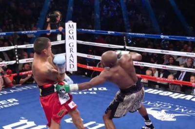 Mayweather vs Maidana II - Floyd Mayweather throws to the body against Marcos Maidana