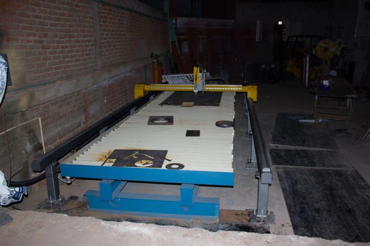 FORMETAL Fecha: 8 abril, 2015 León, Guanajuato, México. Pantógrafo MARK6-H (modelo descontinuado) con área de corte de 5×20 pies. Está equipado con una fuente de plasma modelo Powermax105 de la marca Hypertherm y un sistema de oxicorte BOYSER con control altura manual.