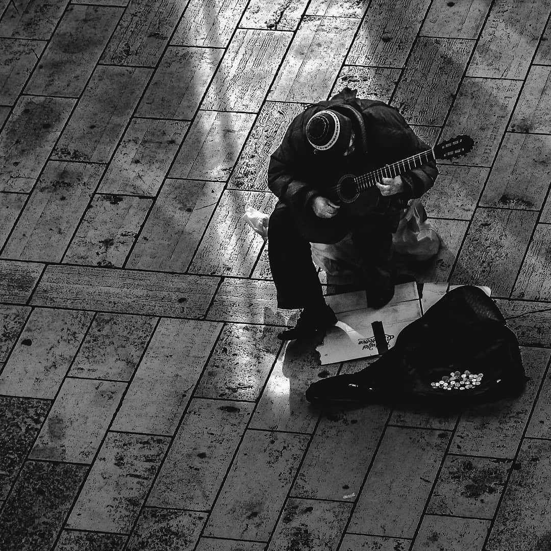 ulična-fotografija-crno-bijelo-gitara