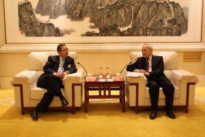 監事會主席林建岳(左)向王欽敏介紹本會的組成及發展,王欽敏對本會「工商帶動經濟、專業改善民生」的宗旨非常認同。