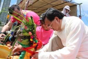 身兼沙田體育會龍舟會名譽會長的盧偉國專心為鳳艇簪花掛紅。