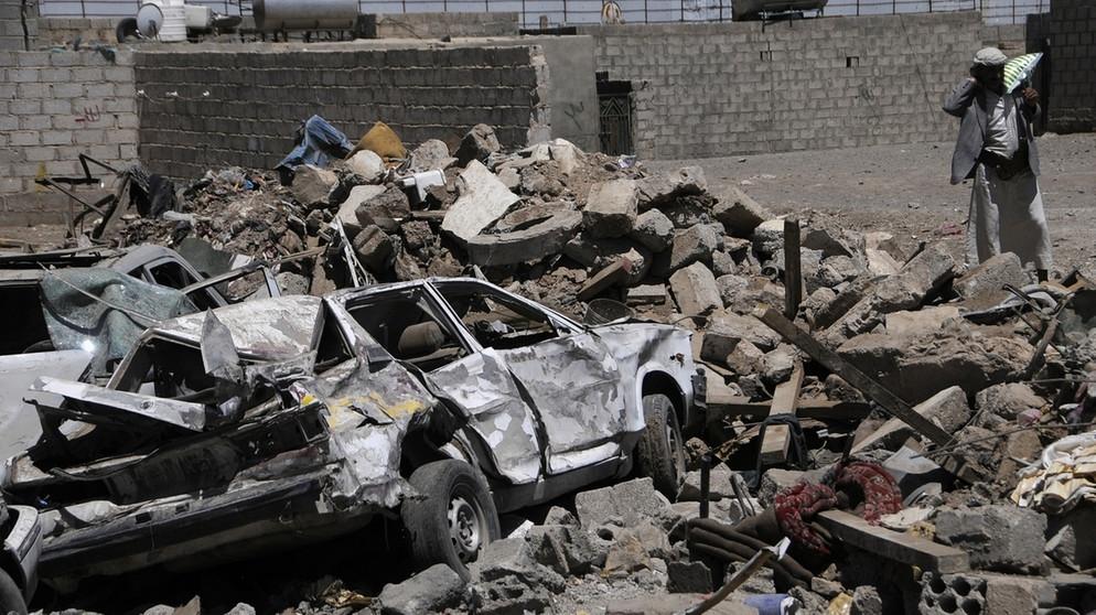 Zerstörung nach Luftschlag im Jemen | Bild: picture-alliance/dpa