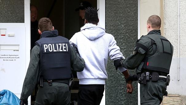 Polizeieinsatz vor Flüchtlingsunterkunft | Bild: picture-alliance/dpa