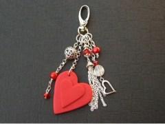 Bijou de sac Polytendance avec coeur rouge et breloques