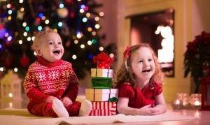 Des enfants captivés par le téléphone du Père Noël